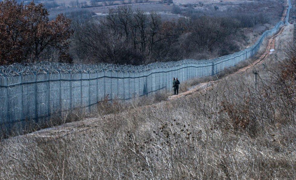 A Bulgária foi um dos últimos países a construírem uma cerca contra a imigração na fronteira oriental da Europa. Quando, em 2012, a Grécia inaugurou seu muro de 12 quilômetros na faixa de terra que a separa do território turco (o rio Evros funciona com uma divisão natural nos demais 194 quilômetros), a Bulgária começou a receber um fluxo crescente de refugiados e migrantes; assim, as autoridades de Sófia decidiram imitar o seu vizinho helênico e levantar uma cerca de três metros de altura ao longo de 33 quilômetros na fronteira com a Turquia. A obra foi concluída em 2014.