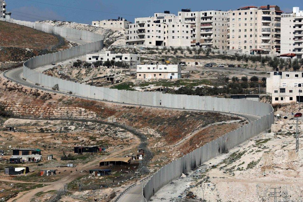 Israel está a caminho de se tornar um país cercado por todos os lados, exceto pelo mar. A fronteira norte, com Líbano, onde opera o partido-milícia xiita Hezbollah e onde foi travada uma guerra em 2006, já está selada. Também a das Colinas do Golã, no outro lado das quais o regime e os rebeldes da Síria lutam desde 2011. Idem quanto ao limite sul, com o Egito, cercado inicialmente em 2013 para frear a imigração clandestina, e agora por causa da ameaça da filial do Estado Islâmico na península do Sinai.