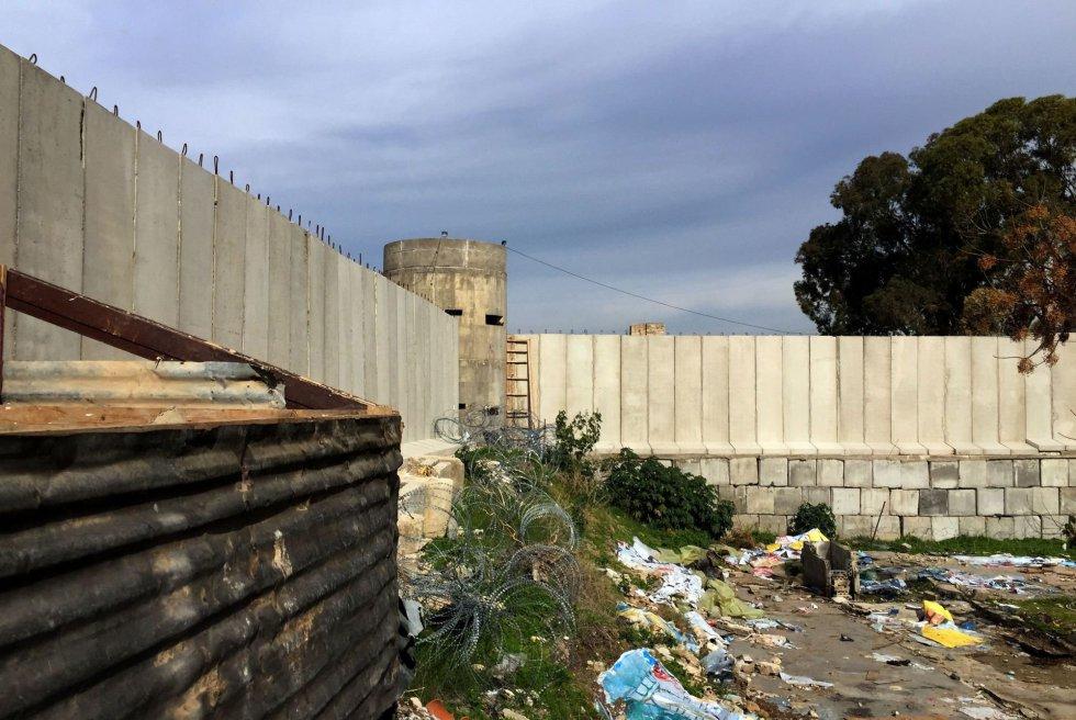 Disperso entre os 11 campos de refugiados palestinos do Líbano, o de Ein el Helwe, próximo à cidade sulista de Sidon, parece à primeira vista um centro penitenciário. Nesta microcidade de 1,5 quilômetro quadrado se amontoam 75.000 pessoas, em um dos pedaços mais densamente povoados do mundo. Aberto em 1948, depois da criação unilateral do Estado de Israel, fato que neste lado da fronteira é conhecido como Naqba (catástrofe), mantém os refugiados e seus descendentes cercados por muros e cercas. As quatro únicas entradas e saídas do campo são custodiadas por soldados libaneses.