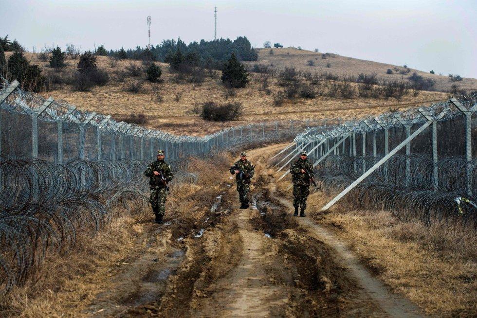 No final de fevereiro de 2016, por iniciativa da chancelaria austríaca, os quatro países da rota balcânica percorrida por refugiados em sua jornada até o centro e norte da Europa se reuniram em Viena e decidiram interromper esse fluxo iniciado em meados do ano anterior. Em 9 de março, o fechamento efetivo da fronteira da Antiga República Iugoslava da Macedônia (FYROM, na sigla em inglês) transformou a Grécia numa ratoeira onde foram apanhados mais de 50.000 migrantes (um ano depois, já são quase 63.000, uma vez que as chegadas às ilhas do Egeu, embora muito reduzidas pelo pacto migratório UE-Turquia, continuam ocorrendo quase diariamente).