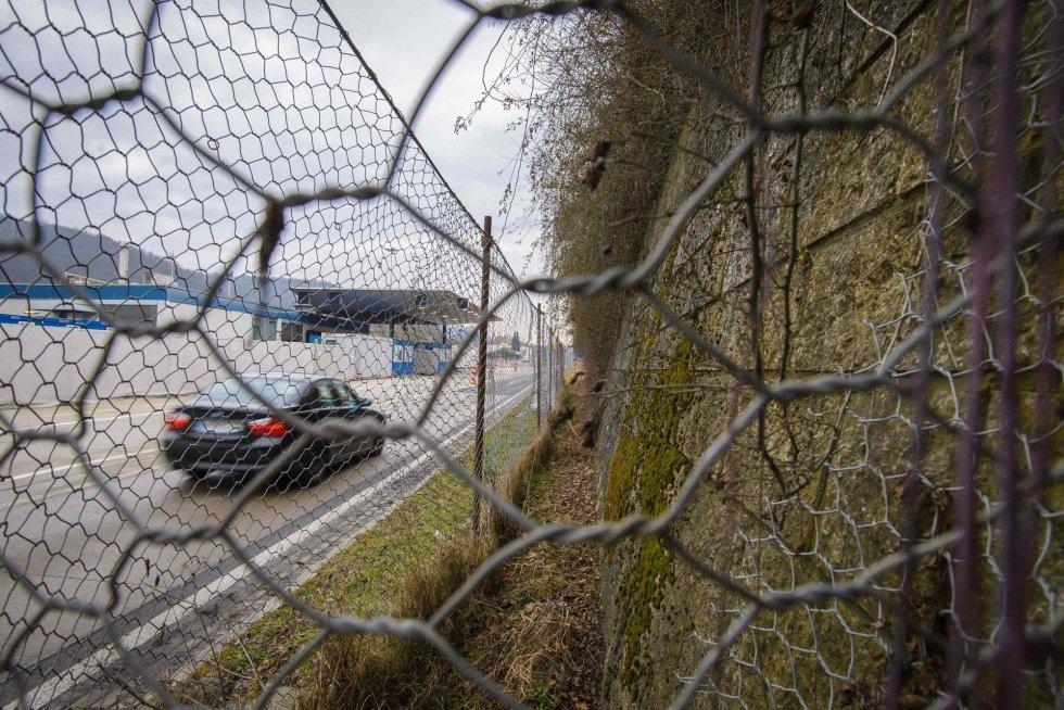 A Áustria se tornou, no segundo semestre de 2015, o país de trânsito de centenas de milhares de refugiados a caminho da Alemanha ou da Suécia. Em poucos meses, e após acolher 90.000 solicitantes de asilo, o Governo austríaco promoveu uma reviravolta, à sombra do crescimento ultradireitista, e decidiu blindar seu território. Enviou 500 soldados a Spielfeld (na imagem), na fronteira com a Eslovênia, e construiu vários quilômetros de cerca em torno desse controle fronteiriço – mesmo depois de ter criticado duramente a Hungria por construir suas grades.