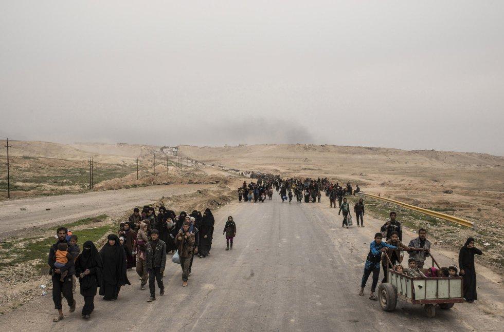 Familias huyen a medida que las fuerzas iraquíes avanzan hacia el oeste de Mosul, Irak.