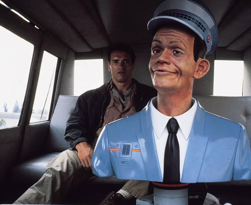 Esta película protagonizada por Arnold Schwarzenegger y basada en un relato de Philip K. Dick nos sitúa en el año 2084. En un momento de la cinta, el personaje que encarna el exgobernador de California se sube a un taxi pilotado por un ordenador. Las grandes marcas de la automoción mundial y tecnológicas como Google se han lanzado ya a materializar el invento. Los taxis de Uber cogieron la delantera el año pasado al probarse en San Francisco (desafiando a las autoridades) Este mismo año veremos cómo se comercializan los primeros modelos con conducción delegada .