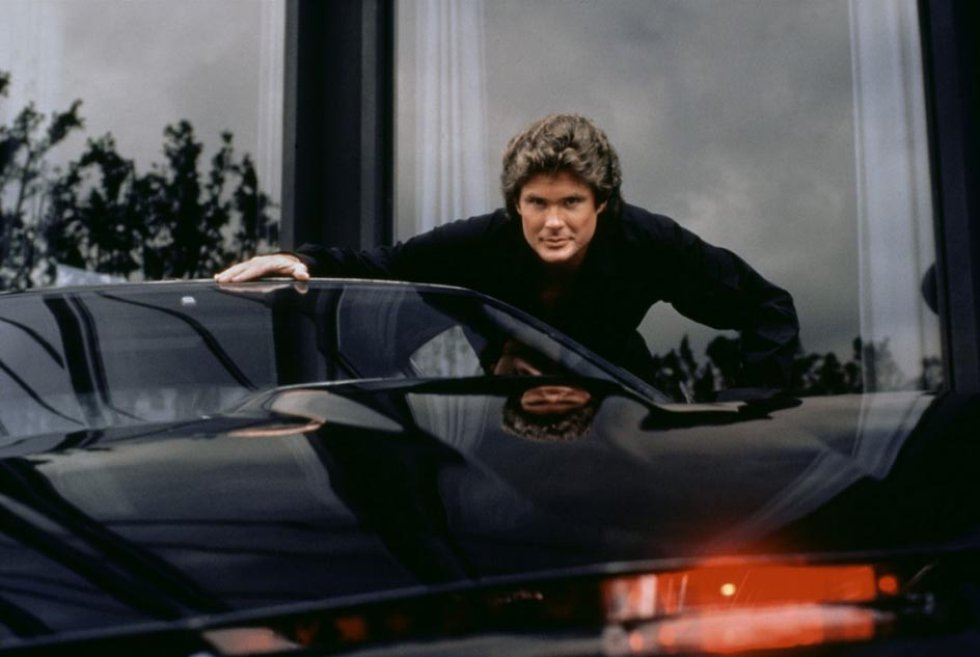 Está claro, ¿no?. David Hasselhoff molaba tanto que tenía un coche autónomo treinta años antes de que el Estado de Nevada expidiera la primera licencia para que Google ensayase con esta tecnología. Kitt, además, hablaba, cosa muy probable en los automóviles del futuro . Se movía solo y se adaptaba a las condiciones del conductor. Y no era de Google ni de Tesla sino un Pontiac negro, a juego con la chupa de cuero de Michael Knight, el personaje que interpretaba Hasselhoff.