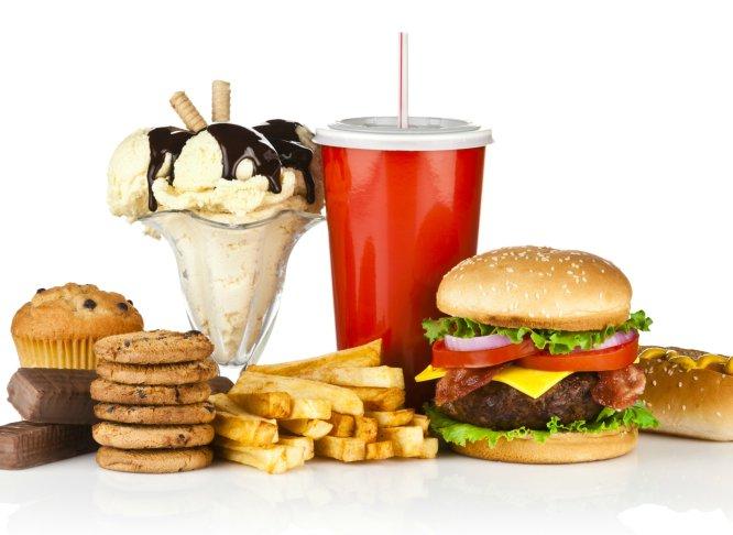 Existe una máxima que dice que para llevar una dieta sana y equilibrada es imprescindible comer de todo. Sin embargo, a pesar de que la norma es aceptada por la mayoría, últimamente no son pocas las voces expertas que la cuestionan, y señalan con el dedo aquellos alimentos que deberíamos dejar de consumir, o al menos reducir su ingesta, si queremos proteger nuestra salud. Hemos pedido a varios expertos en nutrición que nos dijeran los que para ellos son alimentos tabú, y este ha sido el resultado.