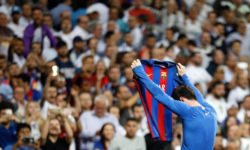Messi muestra su camiseta a los aficionados del Bernabéu f9b0a98b3906d