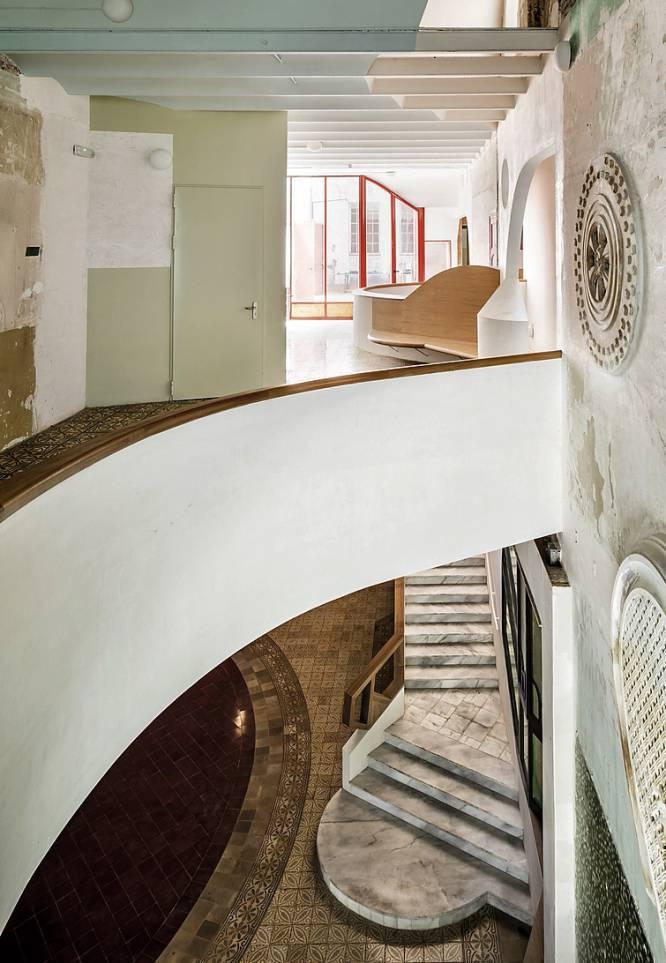 """Partiendo casi de sus ruinas, los arquitectos Ricardo Flores y Eva Prats rehabilitaron la Sala Beckett de Barcelona (en la imagen). Era un edificio sin lustre que albergaba un teatro. La mayor obsesión de Flores & Prats, un estudio multipremiado y más partidario de construir que de teorizar, era mantener la esencia de un espacio que forma parte de la memoria colectiva de Poble Nou. Ventanas noucentistas y fragmentos de mosaico conviven ahora con una contundente manera de intervenir el espacio con cortes, geometrías y colorido. """"Nos hemos movido hacia adelante y hacia atrás en el tiempo, trabajando con lo que heredamos y dibujando con lo que el edificio proponía"""", apuntan Flores y Prats. """"Lo nuevo y lo viejo funcionan a la vez""""."""
