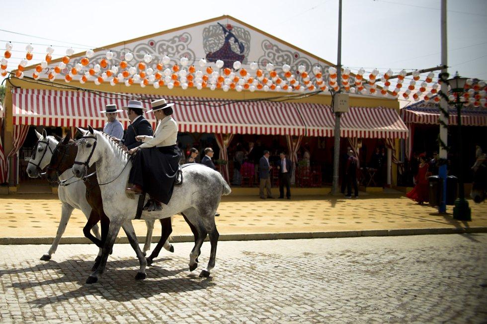 Fotos: Lunares, carruajes y farolillos en la Feria de Abril ...