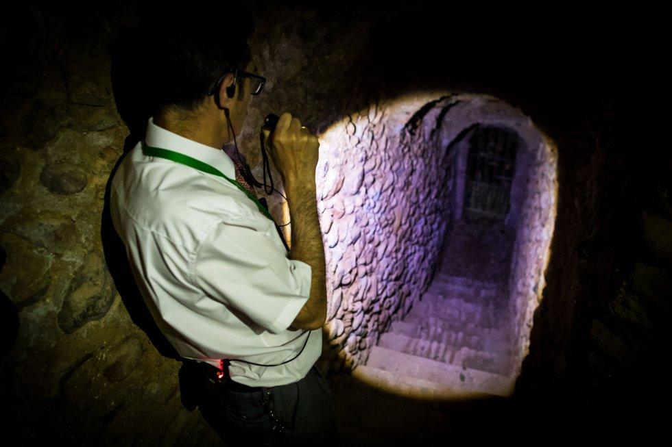 Pasadizo de 200 escaleras que sale a la ladera la Alhambra, buscando el río Darro.