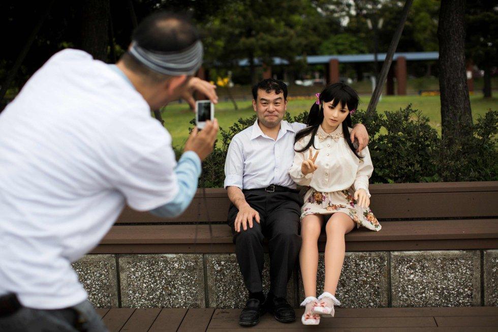 """""""Seja qual for meu problema, Mayu está sempre aqui. Eu a amo muito e sonho em levá-la ao paraíso"""" afirma Ozaki. Com ela, mantém uma relação estreita que sua família achou difícil de aceitar no começo. """"Quando minha filha entendeu que não era uma boneca Barbie gigante, pensou que era nojento, mas agora já está mais velha. Até compartilha roupas com Mayu"""", explica o fisioterapeuta."""