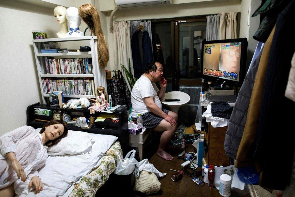 """""""Para mim, ela é humana"""", diz Senji Nakajima. Este empresário de 62 anos, casado e com dois filhos, vive com Saori, sua companheira de silicone."""