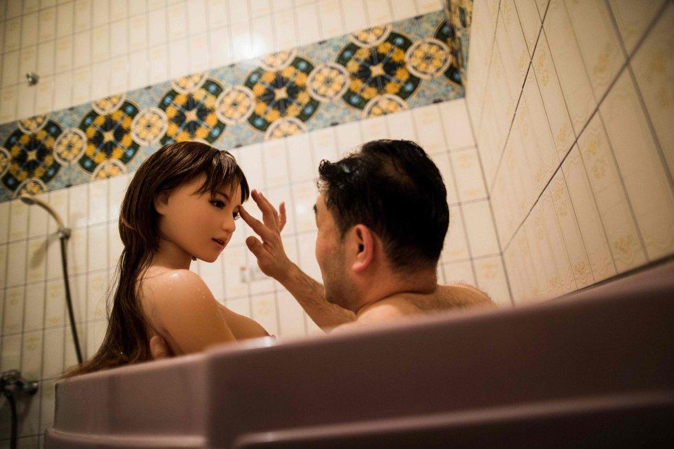 """Masayuki Ozaki, fisioterapeuta de 45 anos, comprou uma dessas """"rabu doru"""" depois que se separou da esposa. Uma decisão que o levou a desfrutar muitos momentos com quem diz ser a mulher de sua vida."""