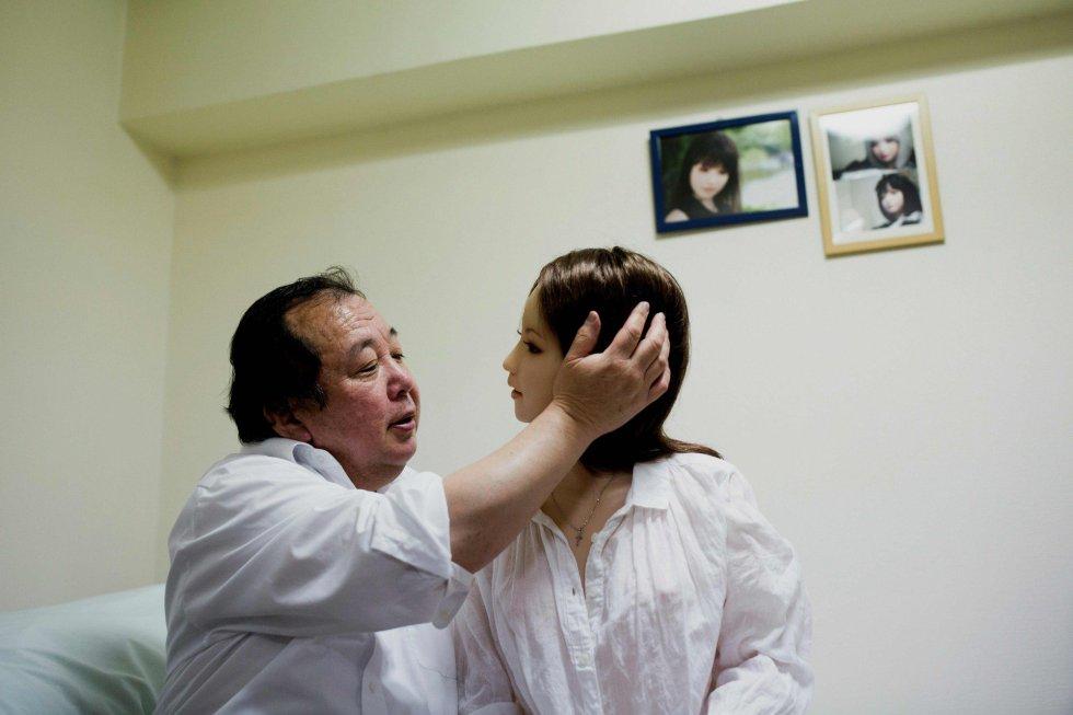 """Apesar de ter esposa e filhos, Nakajima diz que Saori é quem realmente o faz feliz. Este empresário confessa que seu coração bate """"a mil por hora"""" quando volta para casa com ela."""