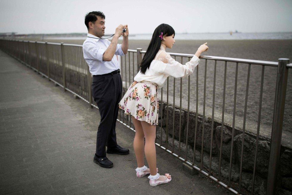 Solteiros, casados e viúvos compram bonecas de tamanho natural no Japão desde 1981. Atualmente são vendidas cerca de 2.000 unidades por ano.