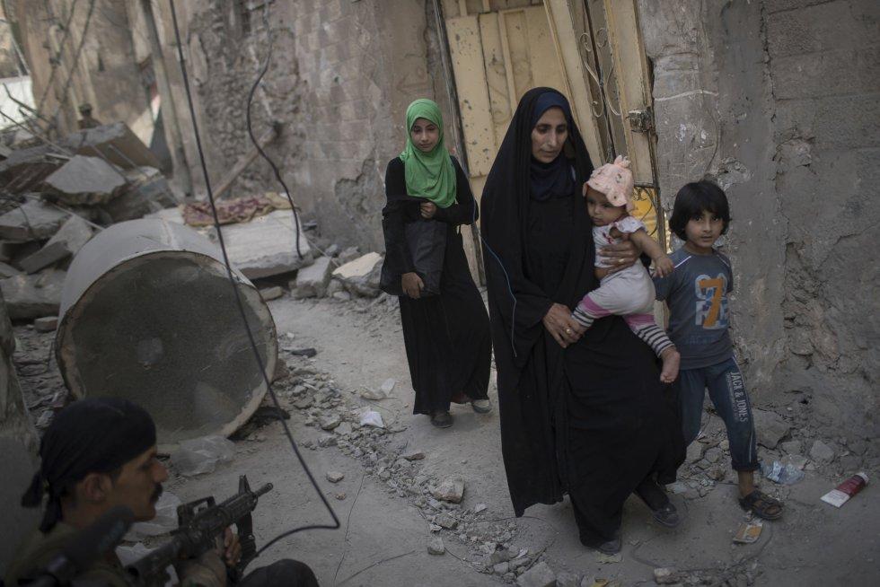 Los duros combates continúan llevando a los civiles a huir masivamente y muchos son atendidos en un centro médico provisional.