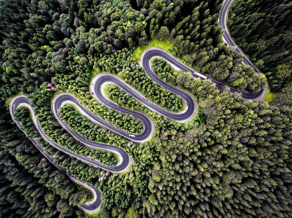 El segundo premio de la categoría Naturaleza ha sido para  Calin Stan , rumano de 30 años que se dedica profesionalmente a la fotografía desde hace más de una década. La imagen, subida a  Dronestagram , está hecha sobre la carretera a Transilvania: