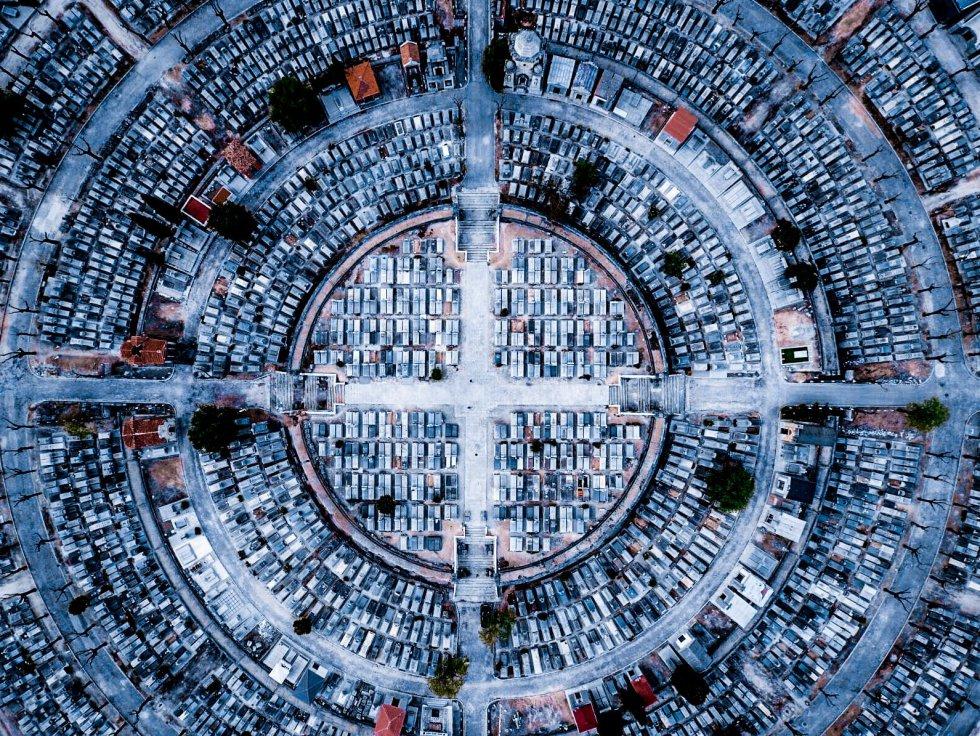 Luis Saguar Domingo , un estudiante madrileño de 25 años a quien su hermana regaló un dron por Navidad, ha sido el tercero en la categoría Urbano con  Paz , una imagen que hizo por casualidad cuando intentaba buscar un buen sitio para volar el dron y subir una foto a su Instagram. El madrileño explicó a  Dronestagram  que fue una vez hecha cuando se dio cuenta de la simetría de la imagen.