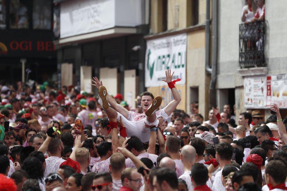"""""""¡Pamploneses, pamplonesas! Viva san Fermín"""". Los Sanfermines han comenzado con el tradicional saludo desde el balcón del Ayuntamiento y el chupinazo. En la imagen, ambiente previo en la plaza Consistorial de Pamplona."""