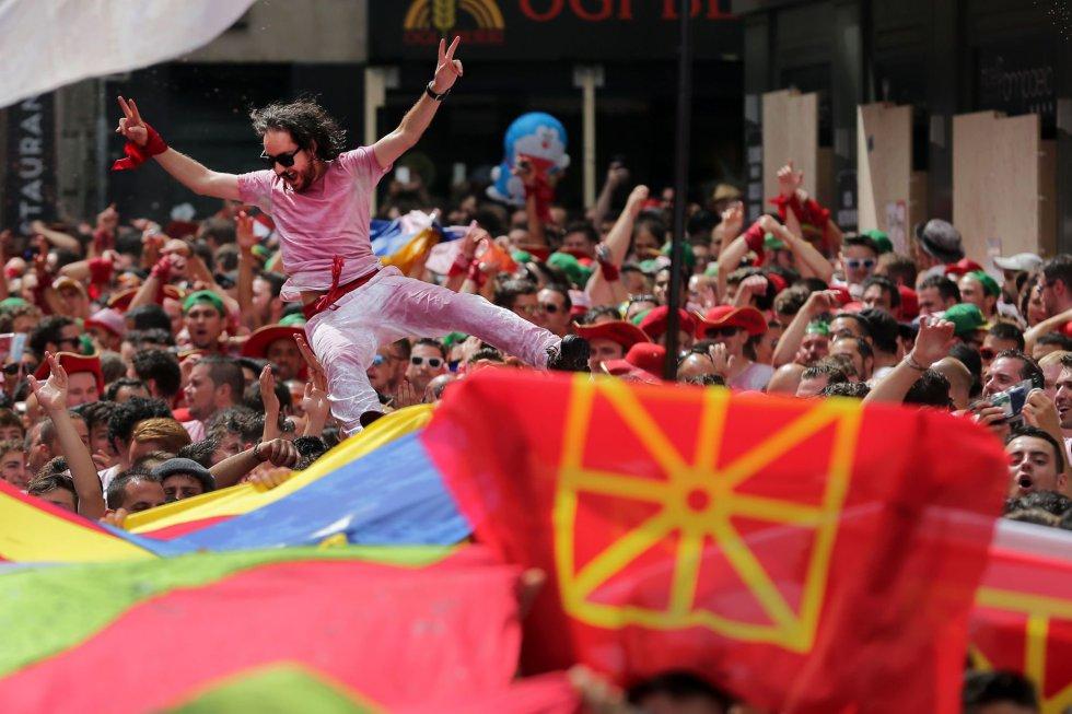 Asistentes celebran el inicio de las fiestas, marcado por el tradicional 'Txupinazo'.