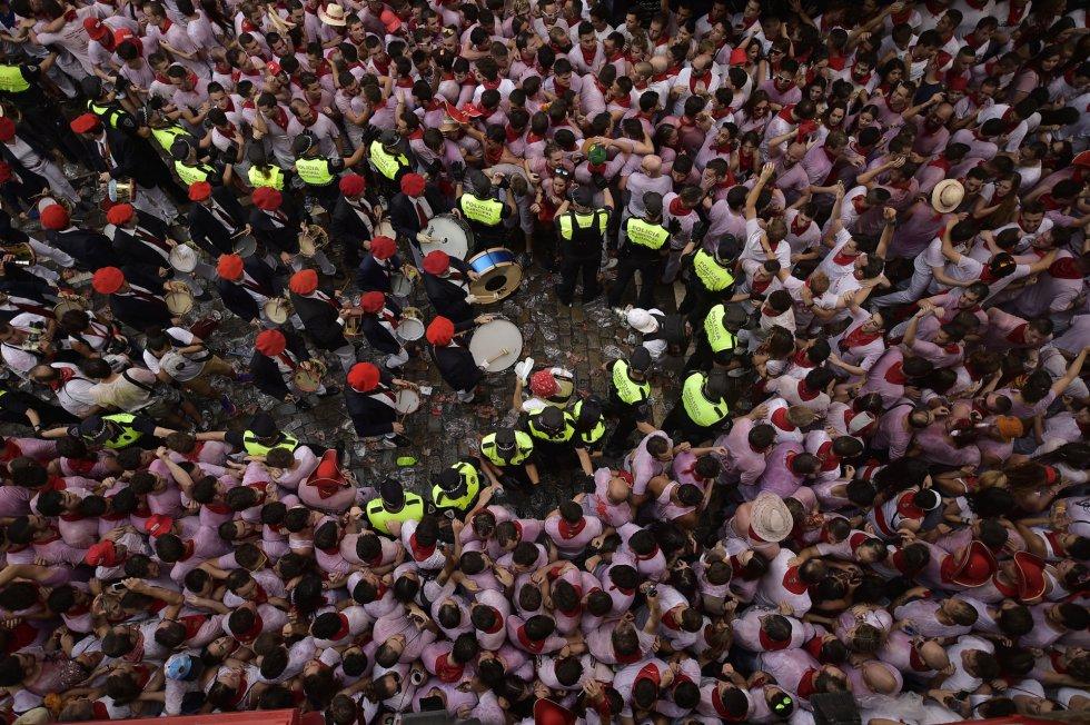 La policía municipal abre paso para la banda de música, tras el lanzamiento del 'txupinazo'.