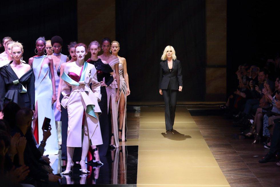 Tras la muerte de Gianni Versace, su hermana Donatella se hizo con las  riendas de 68a4e9b40c46
