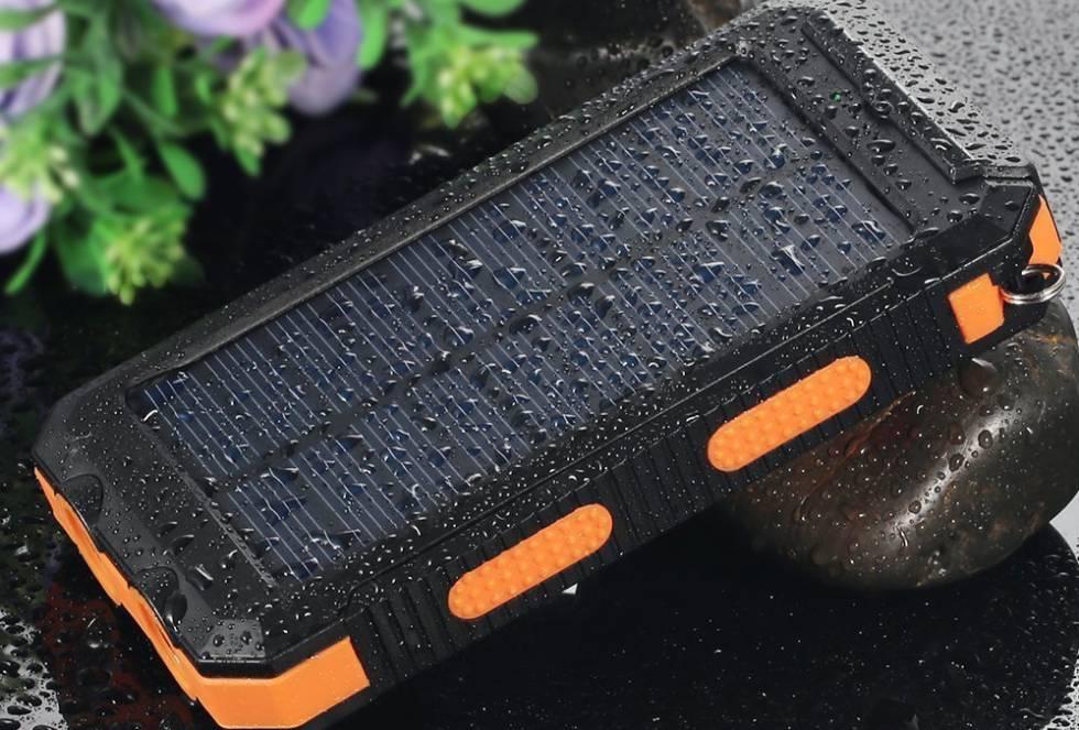 Del tamaño de un 'smartphone' o una tableta, resistentes al agua y con ganas de tomar el sol. Varias marcas comercializan baterías externas con una placa fotovoltaica capaz de cargar dos teléfonos a la vez o uno dos veces.     Estos dispositivos cuestan entre 15 y 35 euros en Amazon y almacenan entre 6.000 y 20.000 miliamperioshora (mAh).  Esta unidad de carga eléctrica indica la cantidad de energía que puede almacenar la batería durante la recarga.
