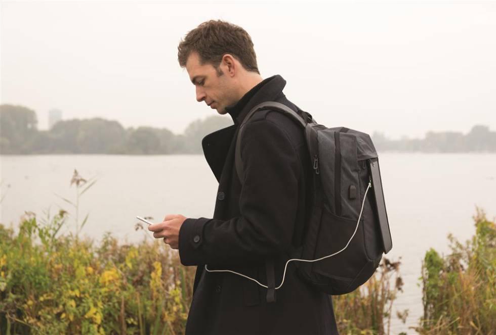 """Un panel fotovoltaico adherido sobre una mochila puede almacenar energía suficiente para recargar uno o varios móviles, según su capacidad. Esta va desde 2.000 mAh en los macutos más sencillos, a 12.000 mAh en los más sofisticados. La batería puede llenarse en casa con un enchufe tradicional y mantenerla completa durante el viaje mediante la producción solar.  Cuestan entre 35 y 200 euros .""""Estas mochilas aún no son muy populares"""", admite Carson Finkle, jefe de 'marketing' de Birksun, una marca estadounidense. """"El gran avance en este campo será la recarga sin cables y una aplicación que calcule en cada momento cuánta energía está produciendo"""", completa Finkle."""