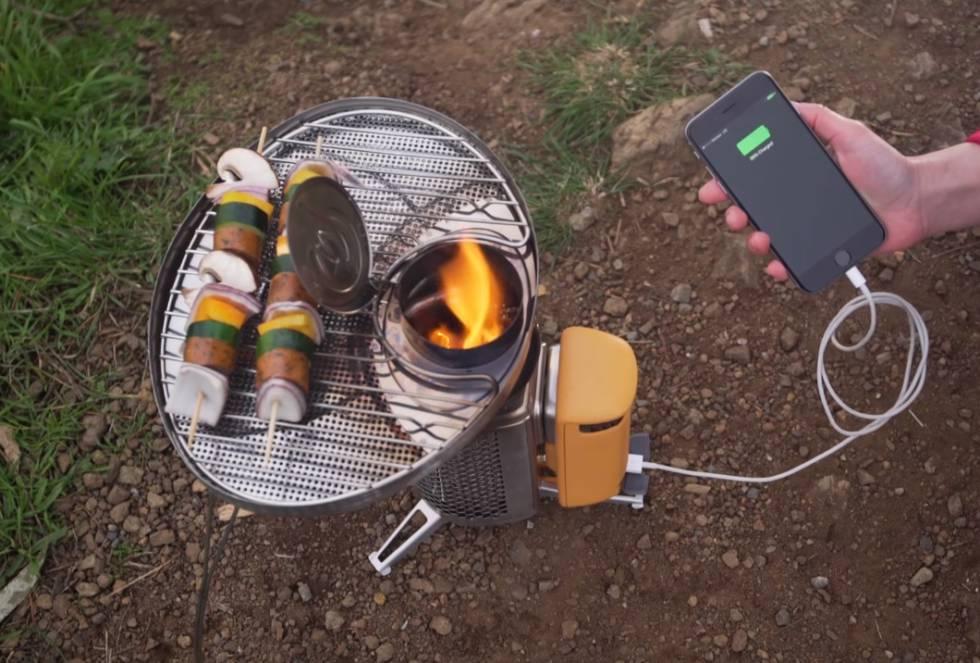 Campstove es un horno de leña portátil con generador eléctrico. Permite cocinar y cargar el móvil a la vez. El aparato, de forma cilíndrica, cuenta con dos piezas de distintos materiales. En la metálica se introduce la leña que va a arder. En la otra, de plástico, se sitúan el ventilador, que proporciona oxígeno a la hoguera, la placa termoeléctrica y la batería con salida USB.   La fuerza del ventilador es regulable. Cuanto más aire insufle, mayor será el fuego y más rápida la carga de la batería, que puede acumular 2.600 mAh, de acuerdo con su fabricante, la casa estadounidense Biolite, que  lo comercializa por 150 euros.