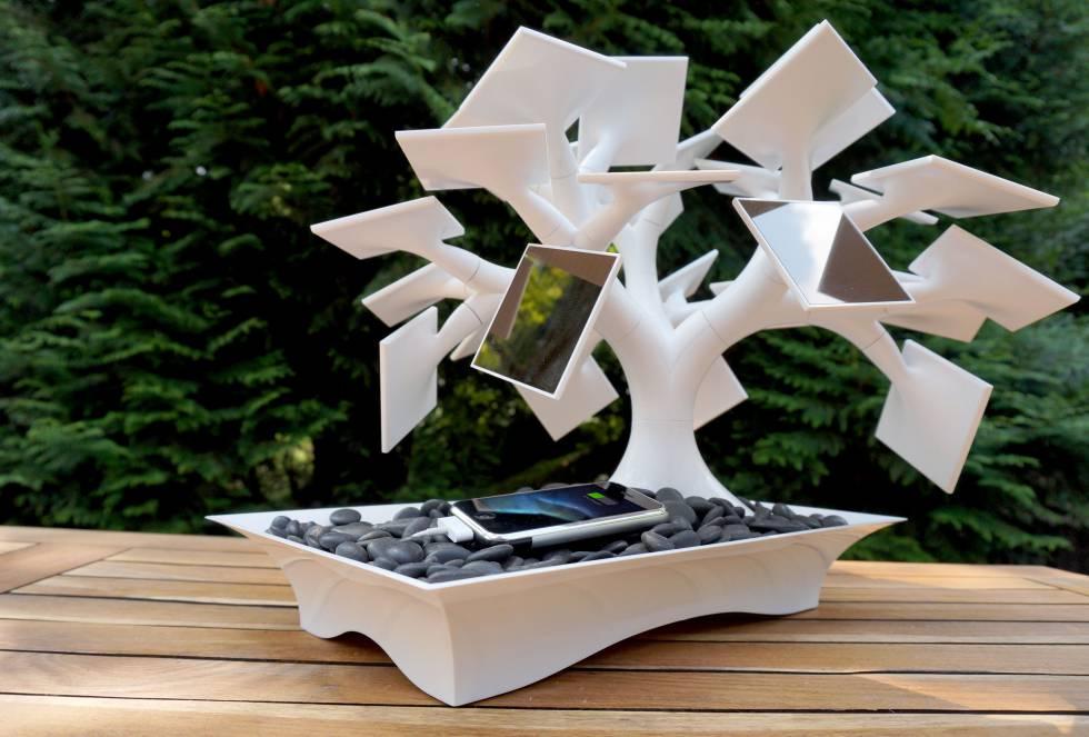 Electree combina diseño y ecología. Sus ramas, de plástico reciclado, sostienen paneles solares que pueden orientarse al sol. Es obra del diseñador francés Vivien Muller, que lo ha comercializado en dos tamaños. Sin embargo, ya no están disponibles     El pequeño cuenta con nueve paneles fotovoltaicos. En su base tiene espacio para cargar tres pilas AA o AAA y conexión USB. Es capaz de alimentar una batería de 1.200 mAh en cuatro horas a pleno sol o en 48 si está nublado. El grande cuenta con 27 ramas-paneles con una capacidad de 2.500 mAh a pleno sol.