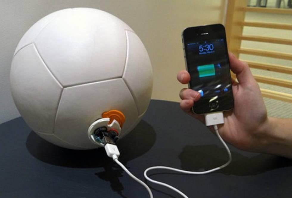 Unos pases, un regateo, ¡y gol! El movimiento oscilatorio de un péndulo encerrado dentro de la pelota genera energía mientras está en movimiento, que se acumula en una batería recargable. Así funciona Soccket, el balón capaz de proporcionar tres horas de luz, gracias a una lámpara led, después de media hora de juego. Es idónea para zonas en las que el suministro eléctrico es irregular. Lo asegura en su página de Kickstarter su creadora, Jessica Mathews, licenciada en Harvard, que lanzó el primer prototipo en 2010.