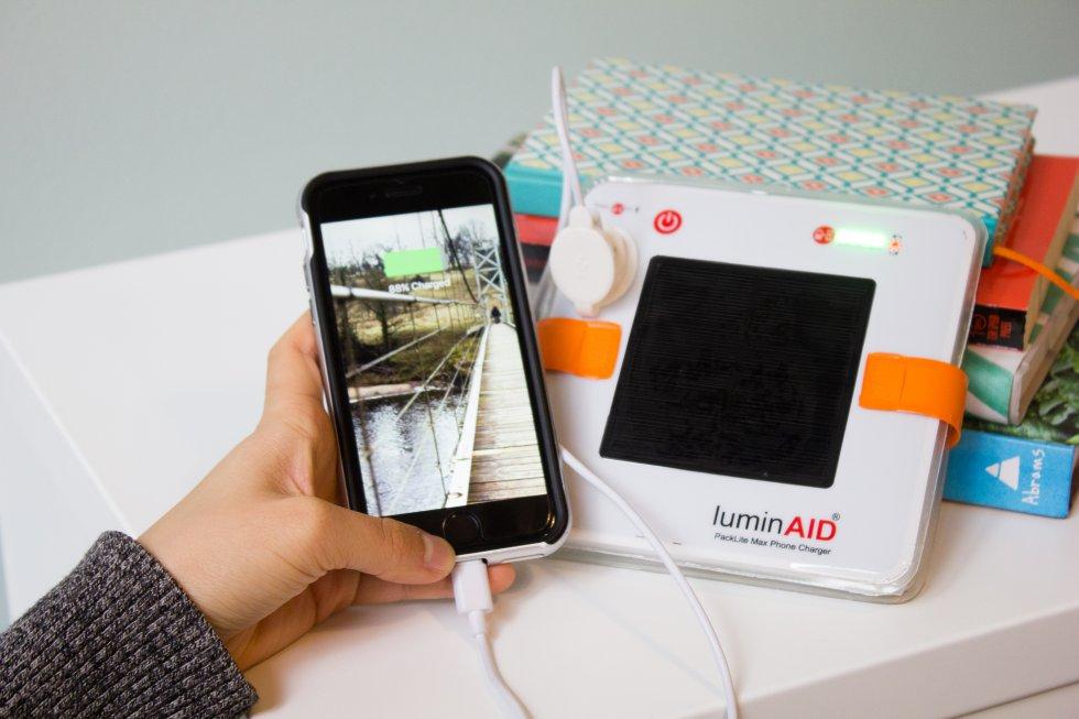 Su batería, además, tiene una capacidad de 2.000 mAh. Su precio es de 40 dólares. Actualmente no está a la venta, pero desde su página web los interesados pueden suscribirse para recibir una alerta cuando vuelvan a fabricarse.     Las lámparas de carga solar con cargador incorporado son una solución para las zonas aisladas de África y Asia, además de una herramienta útil cuando se va la luz. Hace una década, la ONG británica Solar Aid creó SunnyMoney, un artefacto a la venta en Malawi, Zambia y Uganda disponible en varios modelos con hasta 2.750 mAh de carga.