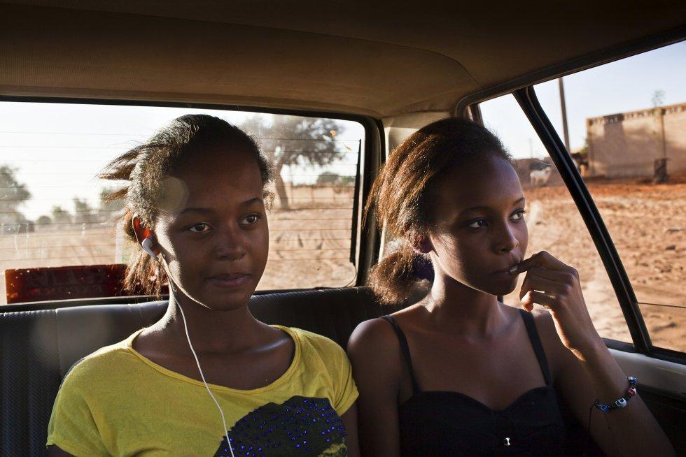 Noviembre 2013. Nadia y Miriam se desplazan en taxi por Niamey hasta la sede del festival. Para evitar problemas de seguridad siempre se desplazan en taxi o les lleva su hermano en su coche. Evitan caminar solas o tomar un autobús.rnrn