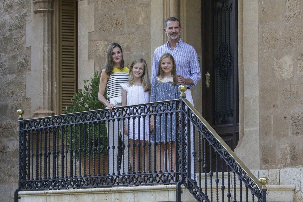 Este 2017, los Reyes también han querido cumplir con la tradición. En la imagen, Felipe VI, doña Letizia y sus dos hijas este lunes en los jardines del Palacio de Marivent de Palma de Mallorca.