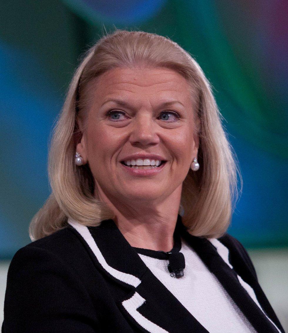 Ginni Rometty (60 años) está al mando de IBM, una de las grandes pioneras de la informática. Es la primera presidenta que la compañía tiene en sus más de 100 años de historia. Entró en la empresa en 1981 como ingeniera de sistemas y desde ese momento protagonizó un ascenso que tiene muy pocos parangones entre las mujeres que trabajan en tecnología. Ahora tiene la tarea de reconvertir a un gigante que lo ha sido todo durante el auge de los ordenadores personales pero que ha perdido poder, primero con Internet y después con los  smartphones . Ella es la responsable del rumbo actual de IBM: computación en la nube, soluciones para empresas, Internet de las cosas y los servicios de  Watson , su superordenador, cuya tecnología ya se aplica en  call centers , asistencia en el diagnóstico oncológico o desarrollo informático.