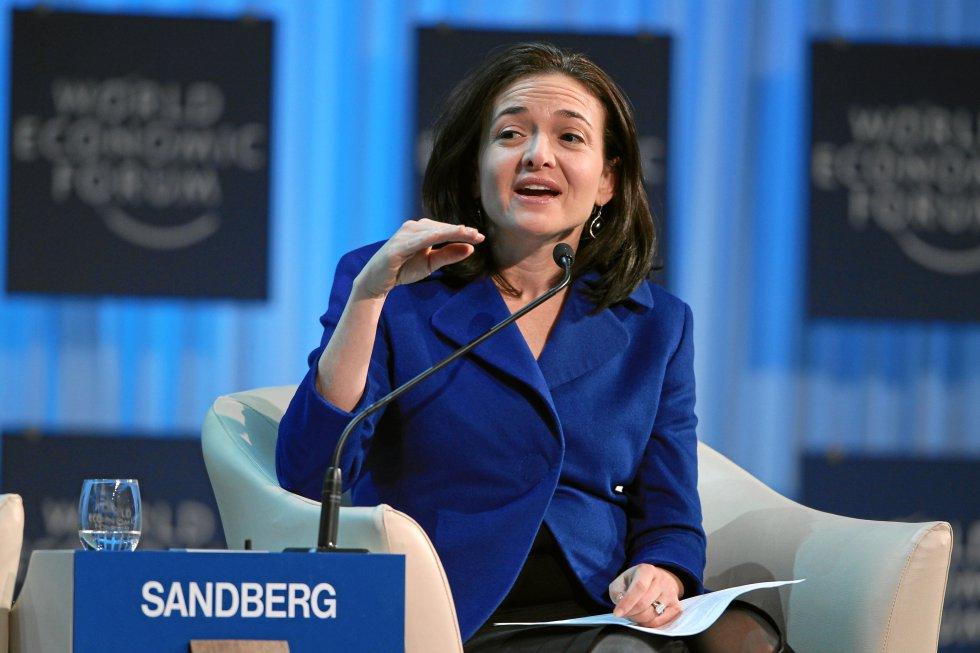 Mark Zuckerberg es el jefe supremo de Facebook y la mente que traza las líneas maestras del futuro de la red social. Pero en el día a día se hace vital la figura de su número dos, la jefa de operaciones (COO) Sheryl Sandberg (47 años). Ella es responsable en gran medida de la apuesta de Facebook por su servicio de vídeo en directo. Sandberg es una activista convencida de la diversidad y es autora de un libro (que más tarde  ha derivado en ONG ) sobre liderazgo y desarrollo profesional para mujeres. Su famosa charla TED de 2010,  ¿Por qué tenemos tan pocas mujeres líderes? , es considerada un referente inspiracional para el desarrollo profesional femenino.