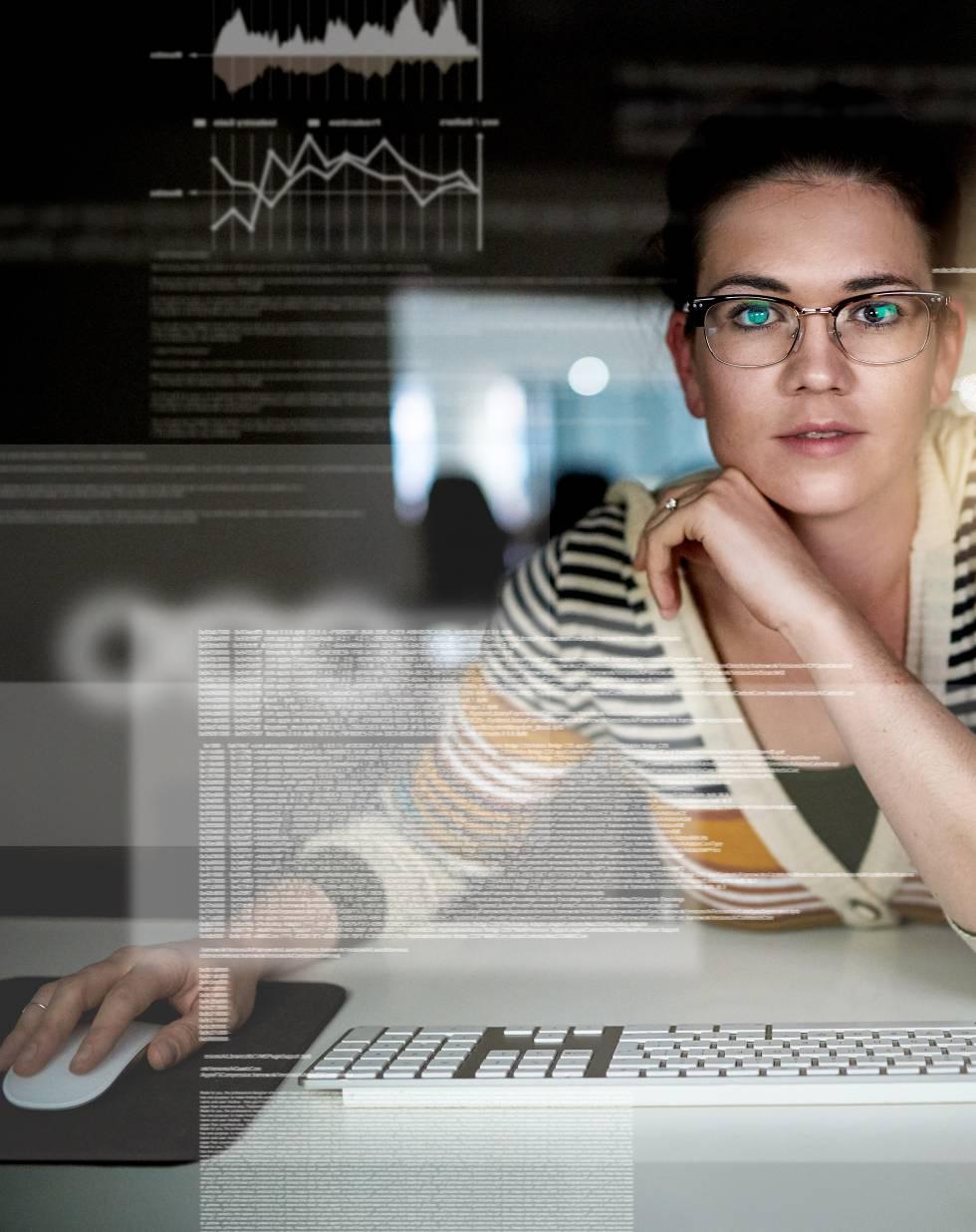 """La semana pasada, un  ingeniero de Google apuntaba """"diferencias biológicas""""  como explicación de la poca presencia de mujeres en la industria tecnológica. Fue despedido en medio de una tormenta mediática. El porcentaje femenino en tecnología ha caído desde principios de los 90 del 36 al 25% en Estados Unidos. En la  Unión Europea son el 16% , mientras que en España no llegan al 20. Eso en puestos de trabajo no ejecutivos: los cargos de dirección de compañías de Silicon Valley solo tienen un 11% de representación femenina. La biología no es la razón. Las mujeres son apartadas en su juventud de la computación, que desde el ocio electrónico ya está pensada para potenciar estereotipos masculinos. Después tienen que aguantar en el entorno profesional un ambiente machista fruto de lo que en EE UU se conoce como  bro culture , una prolongación de los comportamientos y el lenguaje de las fraternidades universitarias. Si logran ascender, rara vez se tendrán en cuenta su opinión y sus logros de la misma forma que los de un hombre. Y menos veces aún verán un referente femenino al que se consagre como genio en su terreno. Cuesta encontrar mujeres líderes en los consejos de las tecnológicas, y ese es también un estorbo para que la situación mejore: la falta de modelos. Aquí presentamos a algunas de las mujeres que rompen el techo de bits con puestos de máxima relevancia y todo tipo de perfiles."""