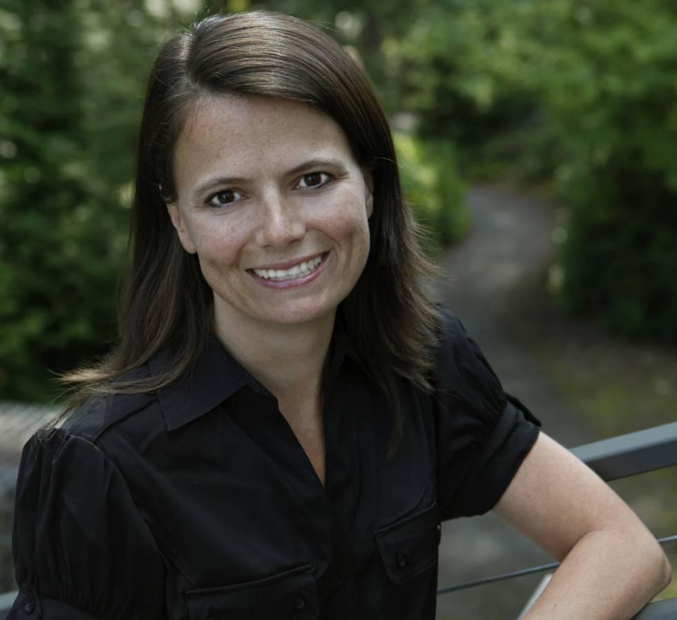 Amy Hood, de 45 años, es la primera mujer en ocupar la dirección financiera de Microsoft. Fue la negociadora principal en la mayor adquisición del gigante creado por Bill Gates,  la de LinkedIn  por más de 20.000 millones de euros. También fue la clave en la compra de Skype. Hood es además la supervisora de la transición del modelo de negocio de Microsoft hacia la computación en la nube. Tras la salida del director de operaciones de la compañía, Kevin Turner, en julio de 2016, Hood ha pasado a ser la número dos de Microsoft y mano derecha de su CEO, Satya Nadella.