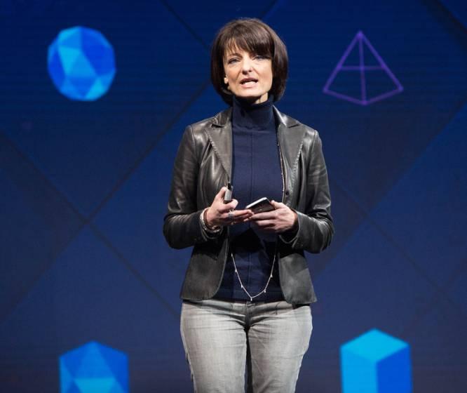"""Regina Dugan fue la primera mujer en dirigir DARPA, la agencia de proyectos de alta tecnología del ejército estadounidense. Dejó aquel puesto para liderar la división más innovadora de Google, ATAP, donde dio forma a invenciones que permitían manejar un móvil desde la solapa de la chaqueta o con un solo gesto en el aire. El año pasado su vida profesional volvió a dar un salto al pasar a Building 8, el laboratorio de ideas de Facebook. Considera a su equipo una """"banda de piratas"""" que emprenden proyectos a corto plazo enfocados a lograr resultados tangibles. En el poco tiempo que lleva en la compañía de Menlo Park se ha desvelado que Dugan (54 años) y sus  piratas  tratan de encontrar la forma de que podamos escribir con la mente (sin tener que hablar o teclear) o que desarrollan un dispositivo para hacer videollamadas en casa que podría competir con el  Echo Show de Amazon ."""