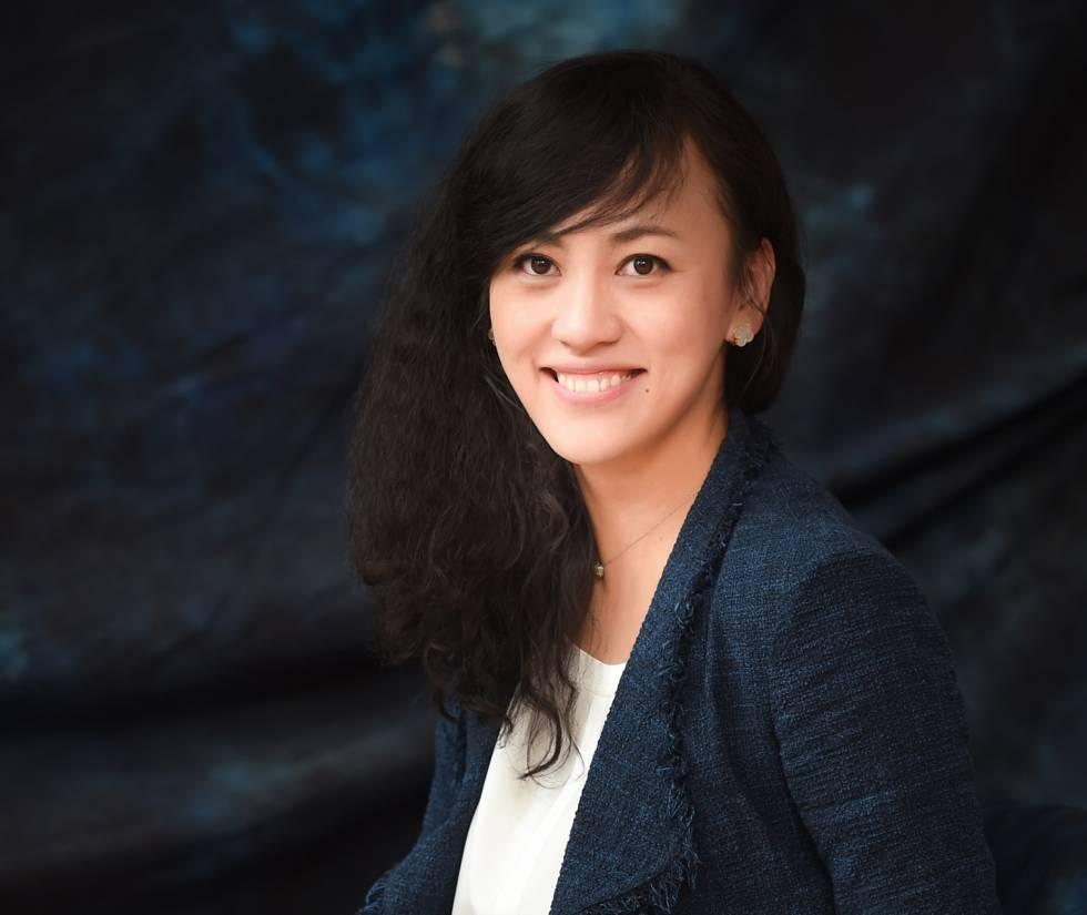 Uber no es el amo del transporte urbano en China. Tampoco Lyft. Ni Cabify. El gigante asiático tiene su propio referente,  Didi Chuxing , producto de la fusión de las dos compañías de taxi a través del móvil más grandes del país. Liu Qing es la presidenta de la compañía, y el cerebro de la adquisición de Uber China por parte de su empresa el año pasado. El 40% de los empleados de Didi son mujeres. Qing, de 39 años, lanzó un plan de promoción profesional para mujeres dentro de su compañía, el primero en una gran tecnológica china. Su capacidad negociadora también hizo que Didi Chuxing se convirtiese en el único servicio de taxi a través del móvil que puede contratarse en Shanghái, la ciudad más poblada de China, con más de 20 millones de habitantes.