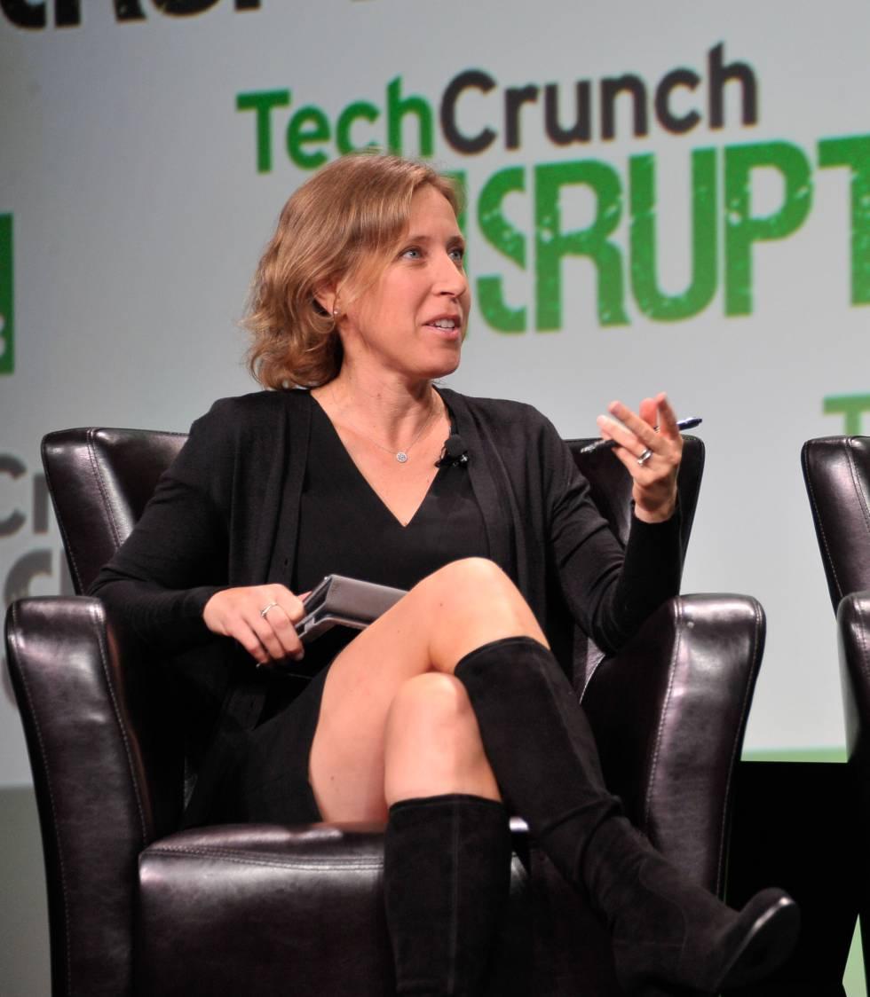 La historia de Google, como las de otras grandes compañías informáticas, empezó en un garaje. En el de Susan Wojcicki, concretamente. Ella fue la responsable del éxito del modelo de negocio del buscador, basado en la publicidad. Lideró la creación de servicios como AdWords, AdSense y Google Analytics, y fue parte del equipo que dio forma a Google Imágenes y Google Libros. Wojcicki, de 49 años, defendió y negoció la adquisición de YouTube en 2006, cuando la plataforma de vídeo tenía poco más de un año de vida. Hoy es la directora de esta compañía, parte vital del conglomerado Alphabet, que no deja de crecer. Es el  segundo sitio web más visitado del mundo , solo por detrás de Google. Como alta ejecutiva de Alphabet, Wojcicki se ha visto interpelada por el manifiesto del exingeniero de Google James Damore, y publicó una respuesta un día después de que estallara el escándalo. En  ella  recuerda, al hilo de una pregunta de su hija, cuántas veces ha tenido que soportar menosprecios y dudas sobre sus habilidades y su compromiso. O sospechas sobre su ascenso profesional. O interrupciones. O peores sueldos para un mismo empleo. Y se pregunta si habría supuesto un dilema el despido si en lugar de hablar de mujeres, Damore hubiera hablado de diferencias entre razas o entre opciones sexuales.