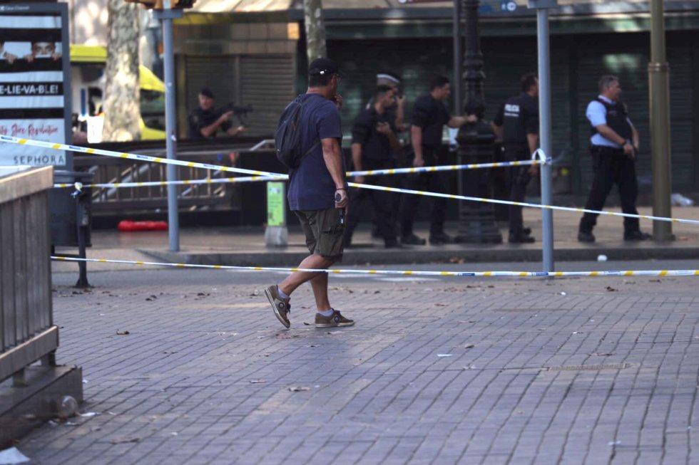 Um policial caminha pela área do incidente.