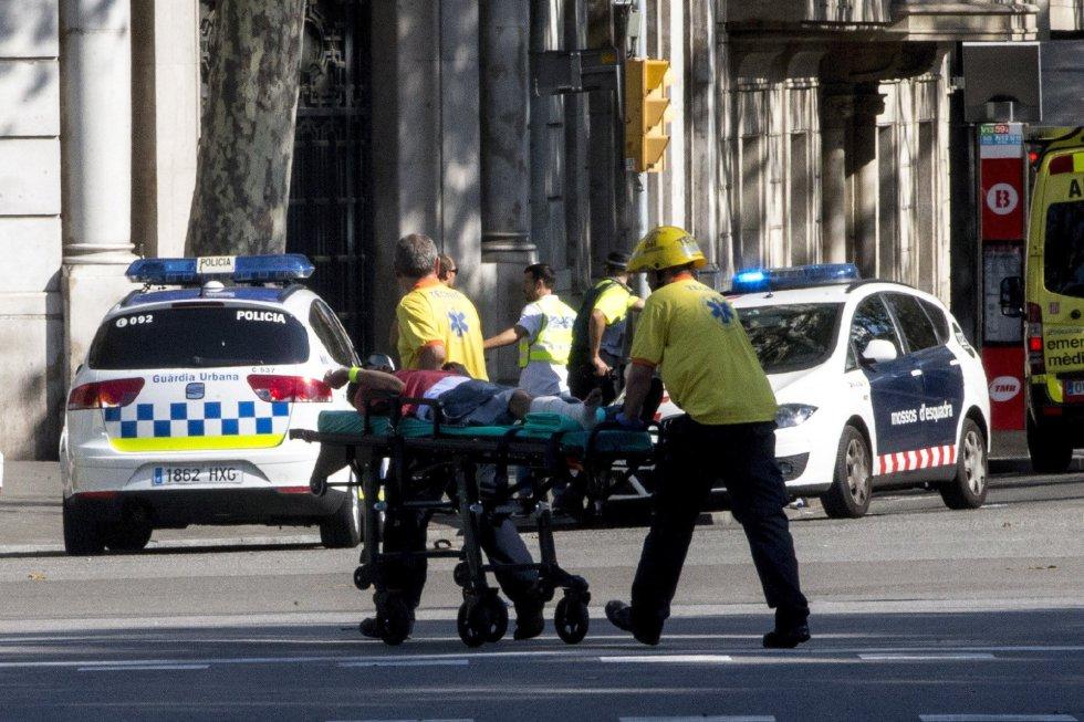 O serviço de emergência socorre uma pessoa ferida.