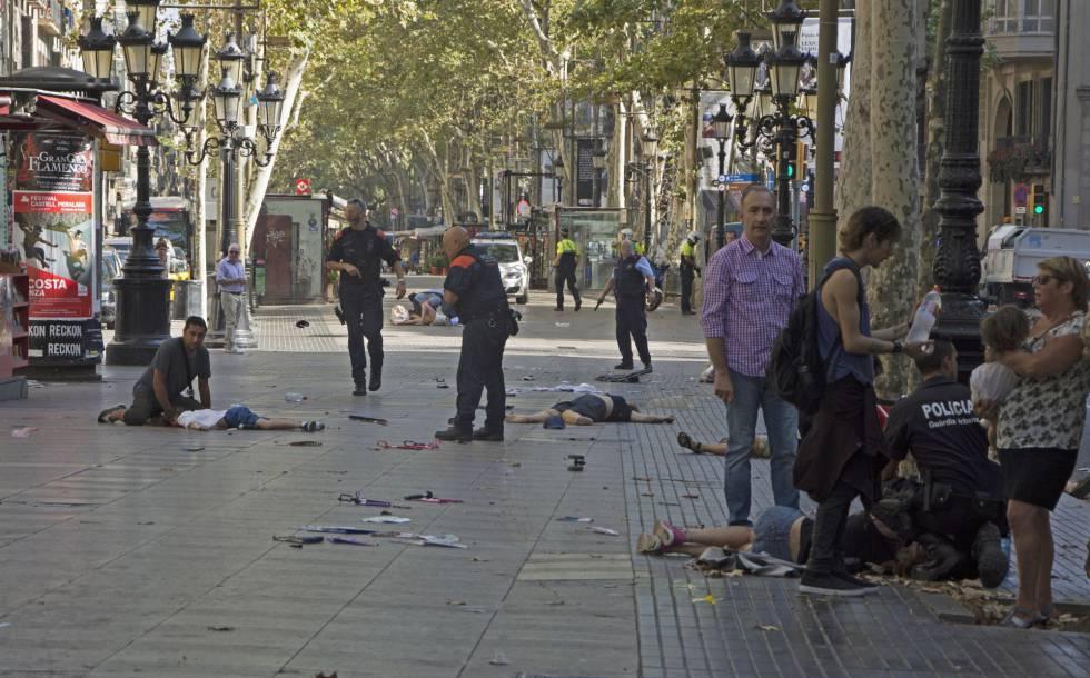 Várias vítimas no chão no local do atropelamento realizado por uma van.