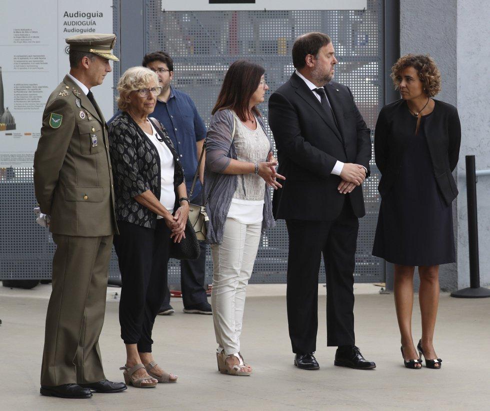 La ministra de Sanidad, Dolors Montserrat (d), junto al vicepresidente de la Generalitat, Oriol Junqueras (segundo por la derecha), y las alcaldesas, de Madrid, Manuela Carmena (segunda por la izquierda), y de Cambrils, Carmí Mendoza (centro), momentos antes de la Misa por la Paz.