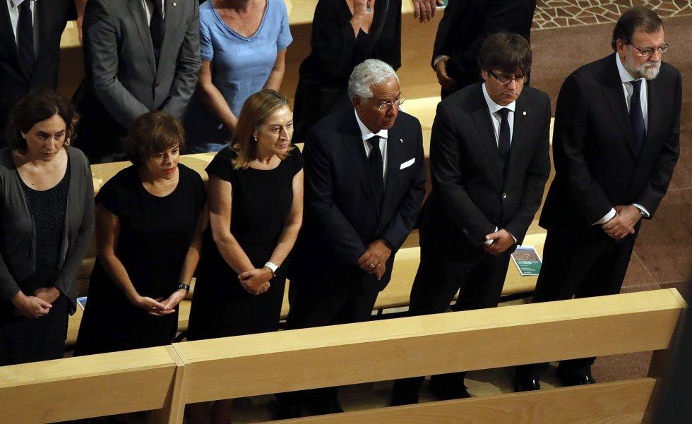 De izquierda a derecha: la alcaldesa de Barcelona, Ada Colau; la vicepresidenta del Gobierno, Soraya Saénz de Santamaría; la presidenta del Congreso de los Diputados, Ana Pastor; el primer ministro portugués, Antonio Costa; el presidente de la Generalitat de Cataluña, Carles Puigdemont, y el presidente del Gobierno, Mariano Rajoy, durante la Misa por la Paz.