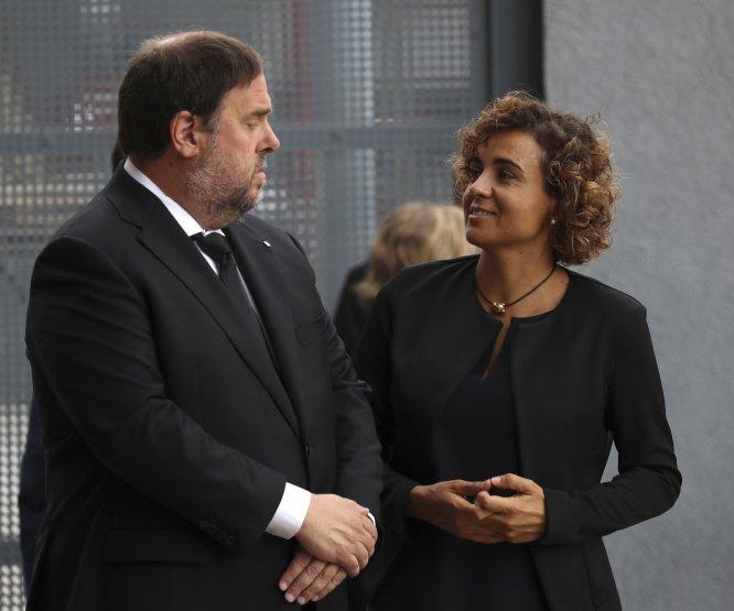 El vicepresidente de la Generalitat, Oriol Junqueras (izquierda), conversa con la ministra de Sanidad, Dolors Montserrat, momentos antes de la Misa por la Paz.