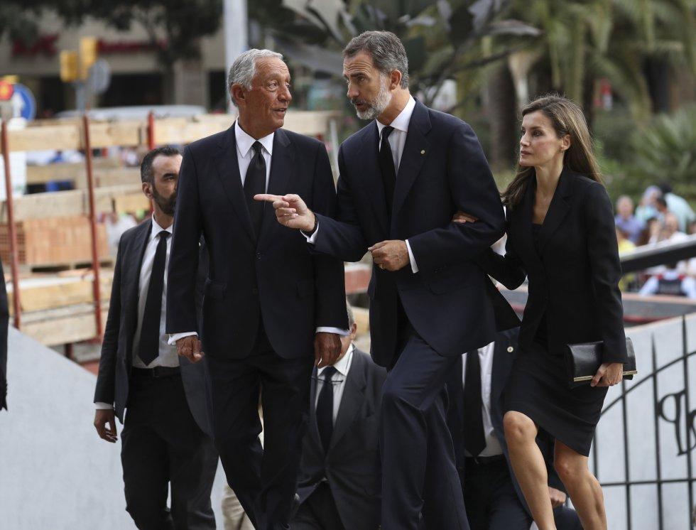 Los Reyes, junto al presidente de Portugal, Marcelo Rebelo de Sousa (izquierda), a su llegada a la basílica de la Sagrada Familia.