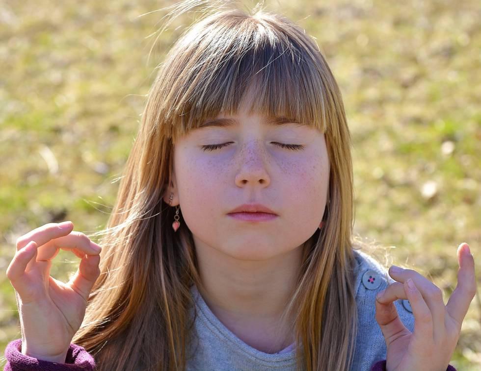 """Jon Kabat-Zinn , uno de los mayores impulsores de la meditación en occidente, la define como """"el estado de conciencia que emerge cuando prestas atención intencionadamente al momento presente con aceptación"""".   ¿Y funciona? Pues bien, distintas investigaciones científicas confirman que esta práctica mejora la circulación sanguínea y reduce la frecuencia cardíaca. Además reconstruye la materia gris del cerebro y desarrolla su plasticidad, como demostró un  estudio de la Escuela Médica de Harvard  junto al Hospital General de Massachusetts. También incrementa la capacidad de concentración y, con ello, la felicidad, según apunta el profesor Judson Brewer en un  estudio publicado en  Proceedings  (PNAS) . Por si fuera poco aumenta la agilidad mental, como probó Bruce O'Hara,  de la Universidad de Kentucky ."""