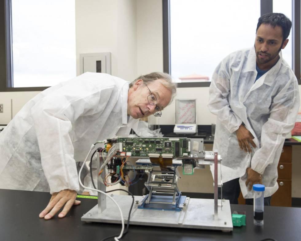 La bioimpresión es la técnica de impresión 3D que permite fabricar estructuras biológicas para su trasplante o la experimentación médica. Todo empezó una tarde de verano del año 2000. El bioingeniero estadounidense Thomas Boland (agachado en la foto) pensó que quizás una impresora de inyección de tinta pudiera imprimir biomateriales, calibrando el tamaño de células humanas. Fue así como decidió dar rienda suelta a su imaginación. Vació el cartucho de tinta de su vieja Lexmark, lo llenó de colágeno e imprimió una hoja con sus iniciales grabadas con proteínas. En 2006 se le concedió la primera patente de la historia sobre una bioimpresora, consiguiendo así revolucionar el mundo médico donde esta tecnología cada vez se usa más para fabricar tejidos como piel, cartílago, hueso y vasos sanguíneos.