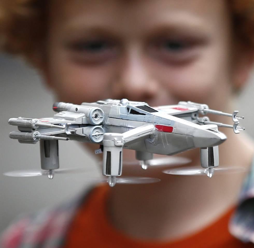 El despegue comercial de los drones en el mundo civil se lo debemos a Paul Wallich, físico residente en la frontera de Estados Unidos con Canadá, donde el invierno es durísimo.   Wallich estaba cansado de tener que acompañar cada día a su hijo de ocho años hasta la parada del autobús escolar (400 metros), por lo que decidió controlarle desde el aire. De esta forma, en 2012 fabricó su primer dron con piezas compradas a través de Internet, un aparato equipado con un teléfono inteligente que transmitía imágenes en tiempo real. Su invento no estaba libre de problemas y a menudo se congelaba o se quedaba sin baterías. No obstante, con su creatividad atrajo el interés del mundo entero sobre las posibilidades de estos aparatos que  hoy son ya una revolución  en campos como la vigilancia, la seguridad y, por supuesto, la logística. Su inconformismo le hizo uno de los pioneros en la construcción y uso de drones domésticos.